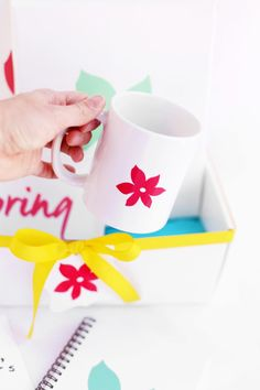This DIY Mother's Day gift basket is filled with personalized goodies Mom will love. Get inspiration from this spring decor theme to create your own. Diy Mother's Day Gift Basket, Mother's Day Gift Baskets, Christmas Gift Baskets, Mothers Day Baskets, Bath Bombs Scents, Best Mothers Day Gifts, Tiny Prints, Spa Gifts, Practical Gifts