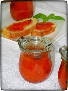 Eine leckere pikante Tomaten-Marmelade mit frischem Baguette, mehr brauche ich nicht um zu Genießen. Vielleicht hört sich Tomatenmarmelade für Euch etwas eigenartig an, aber glaubt mir, Ihr werdet eine Kombination aus der Schärfe der Chili, den intensiven Geschmack der Tomate und den süßen Geschmack lieben. Ich habe Habanero-Chili verwendet, dass solltet ihr wirklich ganz sparsam verwenden.