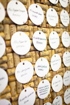 Plan de table sur fond de bouchons en liège pour un mariage viticole