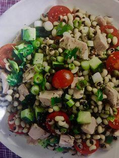 Τονοσαλάτα με μαυρομάτικα (3 μονάδες)Υλικά:2 φλιτζ. τσαγιού μαυρομάτικα2 κονσέρβες τόνου θρυμματισμένος8-10 ντοματίνια1 αγγούρι με τη φλούδα κομμένο κυβάκια Cobb Salad, Food, Essen, Meals, Yemek, Eten