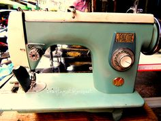 old sewing machines Vintage Sewing Machines, Love Craft, Janome, Quilts, Retro, Antiques, Mermaids, Crafts, Room
