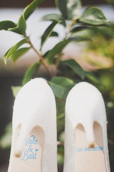 something blue stickers on the bride's shoes http://weddingwonderland.it/2015/06/matrimonio-ispirato-al-tandem.html