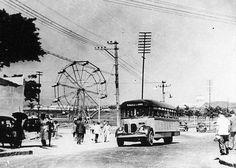 Ônibus REO - 1944 A imagem mostra um ônibus de marca REO, americana, que percorria a linha entre Nova Iguaçú e a Praça Mauá (Rio de Janeiro). O modelo é provavelmente um 19, de 6 cilindros. Na foto, ele está passando por Bento Ribeiro, subúrbio do Rio