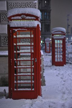 Snowy London: Telephone Boxes by Cheddarcheez, via Flickr. Nice 'stagger' of phone boxes.