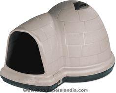 Lacasa Indigoes muy amplia y confortable, ideal para perros que viven en el exterior y necesitan un sitio reparado donde dormir. Su diseño en forma de iglú con una entrada extendida le danp...