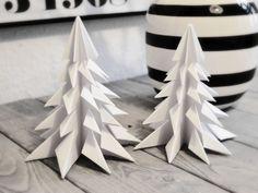 Jeg kunne også have kaldt indlægget for Verdens billigste julepynt, for det er sådan cirka, hvad disse papirsjuletræer er - eller origami juletræer, som det så fint hedder. De er resultatet af én ud af de mange overspringhandlinger jeg gør mig for tiden, når jeg egentlig burde få styr