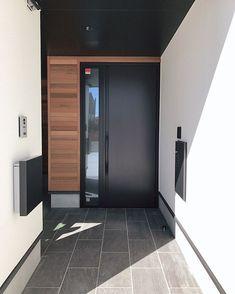 あっちゃん✦さんはInstagramを利用しています:「. 我が家の玄関周りを🙌🏻 . pic❶→ リクシルの玄関です🚪 タッチキーが楽すぎる🔑✨ . 向かって右側が、暗証キーと宅配ボックス💁🏻♀️ 左側が、インターホンとポストです😊 . pic❷→ 玄関を開けるとエントランス🙂 ピンポンされて解錠すると、だいたいここで「え?え?靴は脱ぎま…」 Townhouse, Tile Floor, Entrance, Master Bedroom, Sweet Home, Doors, Interior Design, Mirror, Architecture