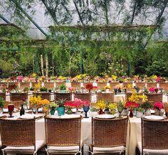 Eu amei essa decor. Fundo neutro e flores e copos coloridos. Acho que essas cadeiras tambem estao ok...