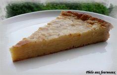 Gâteau aux pommes et aux poires : 1. Préchauffez le four à 200° C.2. Tamisez ensemble la farine, la levure chimique et le sel. 3. Battez les oeufs avec le sucre jusqu'à ce que le mélange mousse et pâlisse.  Ajoutez alors le beurre préalablement fondu, le lait et l'arôme vanille. Fouettez.