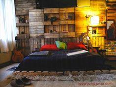 Rustic bedroom with pallet wall deco design & living Diy Pallet Wall, Pallet Beds, Diy Pallet Furniture, Bedroom Furniture, Pallet Walls, Diy Bedroom, Furniture Ideas, Bedroom Ideas, Bedroom Shelves