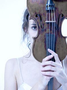 Woman with violin - Markus Lamprecht