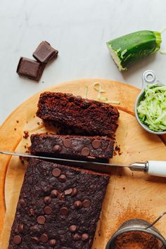 Start the week with this AMAZING Vegan Chocolate Chip Zucchini Bread! The perfect use for summer zucchini. Made in 1 bowl naturally sweetened SO delicious! Gluten Free Chocolate, Vegan Chocolate, Delicious Chocolate, Chocolate Bars, Chocolate Chips, Delicious Food, Healthy Recipes, Sweet Recipes, Whole Food Recipes