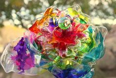 Flower made from plastic bottles. Dye Flowers, Plastic Flowers, Colorful Flowers, Recycled Garden, Recycled Art, Quinceanera, Empty Plastic Bottles, Forever Flowers, Rainbow Glass