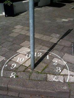 Zegar słoneczny w centrum miasta - Joe Monster