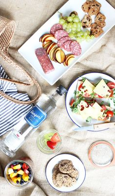 Summer time picnic. #Hangar1Vodka Picnic Date, Bastille Day, Welcome To Our Wedding, Meals In A Jar, Picnic Foods, Al Fresco Dining, Summer Time, Vodka, Healthy Snacks