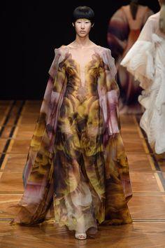 Iris van Herpen Spring 2019 Couture Fashion Show - Vogue Iris Van Herpen, Style Couture, Haute Couture Fashion, Spring Couture, Chanel Couture, Vogue Paris, Runway Fashion, Fashion Show, Fashion Design