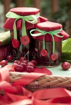 Marmeladengläser mit Knöpfen und Schleifen dekoriert , Essen & Trink