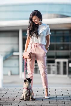 Outfit mit rosa Chino von Zara, weiße Pumps, Shirt mit Volants   Pug Mops OOTD Outfit of the day Fashion Blogger   Julies Dresscode Fashion Blog   https://juliesdresscode.de   Spring Frühling