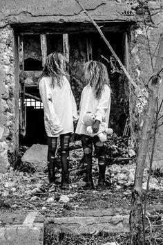 Opera Fotografica: Twins.  Artista: Mariangela Curcio   Fotografia, 70x50, monocromatico, 2014.