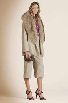 Новая коллекция бренда адресована независимым женщинам, которые ведут активный образ жизни. Отличным примером такого образа стала Мелинда Гейтс, супруга Билла Гейтса, которая блистала на обложке декабрьского Forbes в голубом блейзере Kiton