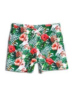SOLOiO Bañador estampado con diseño tropical, de fondo blanco, con flores en color coral y hojas verdes. Dos bolsillos laterales y cinturilla elástica. www.soloio.com  #shoponline #SOLOiO #SOLOiOmare #menswimsuit #swimshort #bañador #print #tropical #menstyle #menfashion #summerlook #dapper #dapperman #costumedabagno