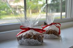 With the holidays upon us and the idea of homemade gifts, I thought it'd be fun to talk about packaging! I'm always on the lookout for . Apple Tea Cake, Cinnamon Tea Cake, Lemon Tea Cake, Baking Packaging, Bread Packaging, Dessert Packaging, Packaging Ideas, Pretty Packaging, Bread Gifts