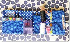 Detalle del estuche de costura para viajerxs de la aguja o emergencias on road. Que no te vuelvan a pillar con el botón flojo. Tamaño práctico, y sin rigideces, se adapta a cualquier equipaje. Dispone de 4 bolsillos interiores (uno para tijeras), compartimento alfilerero y gadget para guardar bobinas de hilo. Se cierra con una práctica lazada por si las prisas. #micromecenazgo #diy #sewing #coser #teatro #duquitasnegras #atelierdelamanola #txusgarcia #helenafernandez