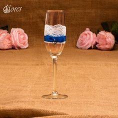 Modrá??? Áno, práve modrá je farbou vernosti, ktorá by mala manželov sprevádzať celý život. Povedzte to aj týmito jedinečnými svadobnými pohármi.