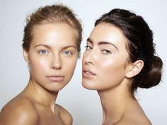 """Contouring ist nach wie vor einer der größten Beauty-Trends. Allerdings gibt es jetzt ein Update, das deinen Beauty-Look nicht nur natürlicher, sondern länger haltbar macht! Statt Make-up kannst du für das Betonen deiner Wangenknochen auch Selbstbräuner verwenden. Wenn du also Fan des """"No-Make-up-Make-up""""-Looks bist, dann ist die Tantouring-Technik genau das Richtige für dich."""