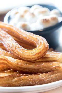 Echte kulinarische Glücksmomente bieten euch knusprige Gebäckstangen aus Spanien. Wir zeigen euch, wie ihr das Gebäck ganz einfach zu Hause zaubert...