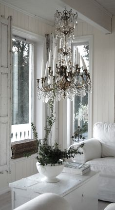 Casual elegance  xoxo--FleaingFrance. I love the combo of linen and crystal, white and dark accents! Please let me be brave and do this in one room?? I am getting there, slowly but surely. Now everything is in shades of rain, with a warm tint, just not white yet (because of the dogs).