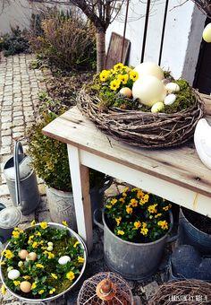 natürliche Osterdekoration, Osterdeko im Garten, Deko mit Zinkgefäßen, Gartendeko zu Ostern, Straußeneier, gelbe Osereier