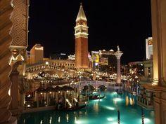 Venecia es una de las ciudades más famosas de Italia. Construida sobre el agua, es a menudo considerada como uno de los destinos más románticos del mundo.  Hotel Venecian de Las Vegas.