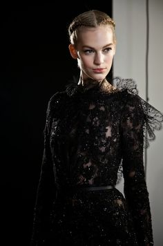 ELIE SAAB Haute Couture Fall Winter - Backstage the perfect dress for the Black Lady Style Couture, Couture Fashion, Runway Fashion, Couture Details, Paris Fashion, Elie Saab Couture, Fashion Details, Timeless Fashion, High Fashion