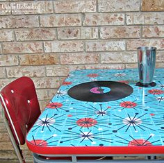 Retro Table Idea (for dining room?) How To Refinish a Table With Fabric and Resin - How To Refinish a Table With Fabric and Resin.Mod Podge fabric to a side table, pour resin on top, let it dry overnight into something fabulous! Refurbished Furniture, Furniture Makeover, Painted Furniture, Rehabbed Furniture, Painted Chairs, Repurposed Furniture, Furniture Projects, Diy Furniture, Diy Projects