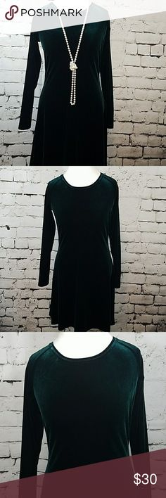 Moda Intel emerald green velvet dress sz M Moda Intel emerald green velvet dress sz M. This dress hangs beautifully, perfect for the holiday office party or date night. Managers from armpit to armpit 17 in sleeves from armpit to wrist 19in.🌴 Moda International Dresses