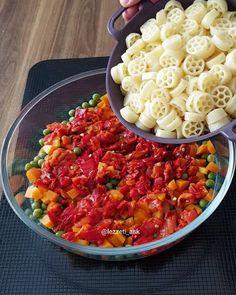 Makarna sevenler çift tıklasın😍 Yine farklı bir salata tarifi, bu sefer k. Macaroni Salad, Macaroni And Cheese, Turkish Recipes, Ethnic Recipes, Pasta Cake, Iftar, Food Containers, Food And Drink, Cooking Recipes