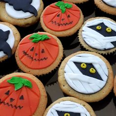 Cupcakes decorados #halloweenparty by Moça Doceira Doces Finos