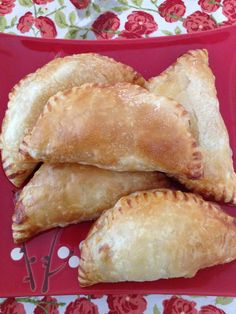 How to Make Pastelitos De Guayaba (Guava Pastry). Love anything made with guayaba Guava Recipes, Cuban Recipes, Cuban Desserts, Dessert Recipes, Hispanic Desserts, Cake Recipes, Guava Pastry, Great Recipes, Favorite Recipes
