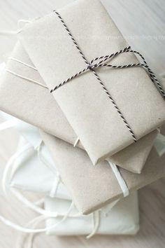 """紙と、紐orリボンがあればOK!余計なものは一切足さない、シンプルラッピング。  紐は、アメリカを中心に大流行中の""""Bakers Twine(ベーカーズ トワイン)""""という綿100%のものを使用。ラッピングやタグ、カードなどのワンポイントとして大活躍するので、簡単ラッピングをおしゃれに魅せるのに用意しておくといいかもしれません!"""