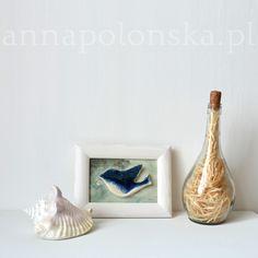 """""""Obraz z ceramicznym ptakiem II"""", 21,5x27,5 cm; Ceramiczny obraz jest unikalną dekoracją wnętrza. Obraz łączy w sobie różne techniki. Element obrazu – biała glina ceramiczna; Tło – tusz/akryl na papierze; zabezpieczone szklaną szybką."""