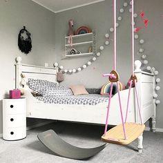Mit diesem wundervolle Bild der lieben Jennifer von @interiordame entlassen wir euch ins wohlverdiente Wochenende! Denkt an unser tolles Gewinnspiel welches noch bis Sonntag Nacht läuft! Wir drücken euch die Daumen!  #wochenende #interiordesign #grey #mädchenzimmer #schaukel #wobbelboard #mom #zuhause #flamingo #white #bedroom #bett #kinderzimmer #pink #wobbelboard #toniebox #lichterkette #stringlights #home #win #verlosung #freirag #friday #yay #hygge
