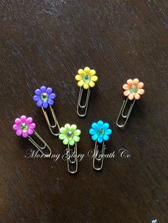 Button paperclip bookmarks #paperclip #bookmarks #crafts #papercrafts #calendarcrafts #hobby #morningglorywreathco Paperclip Bookmarks, Paper Crafts, Diy Crafts, Paper Clip, Belly Button Rings, Calendar, Stud Earrings, Buttons, Projects