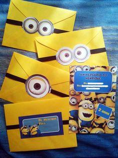 Convite para festinha tema Minions. Elaborado em papel 180g, em envelope colorido arrematado com os óculos divertidos dos Minions.
