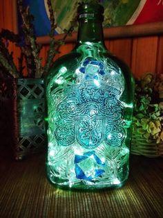 garrafa de whisky verde reciclada