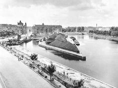 """Franz Hessels """"Der Landwehrkanal"""": Umgestaltung der Uferstraße (Planufer) am Urbanhafen, im Hintergrund rechts die Baerwaldbrücke, Aufnahme von Osten von 1955"""