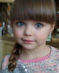 Fue hace apenas 4 meses que comenzó su carrera como modelo, y ahora, a la edad de 5 años, ella ya es la tercera persona a ser galardonada como la chica más hermosa de todas! La carrera de Anastasiya Knyazeva como modelo no podría ser más exitosa. Como una niña prodigio, sólo en cuatro meses, la niñ