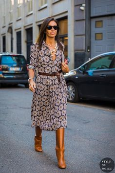 6 Chic Work Outfits That Require Only 2 Items Need some simple and easy work outfit inspiration? Shop these work outfits that only require two items. Nyc Street Style, Street Style Trends, Street Styles, Simple Work Outfits, Fall Outfits For Work, Boho Work Outfit, Winter Outfits, Fashion Mode, Look Fashion