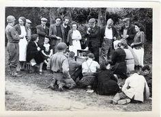Après 4 années de privation et d'interdiction, pouvoir enfin écouter la radio librement! La Cambe, Normandie 1944.