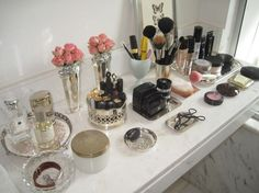 Lusting after a vanity? You don't need to throw away a few grand on a fancy-schmancy vintage vanity. These tips will help you create the DIY vanity of your dreams. Closet Vanity, Vanity Room, Vanity Decor, Vanity Ideas, Vanity Set, White Vanity, Vanity Tray, Vanity Organization, Organization Hacks